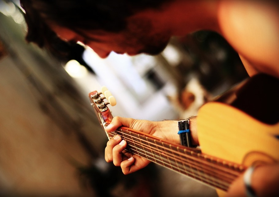 How You Can Learn Playing The Guitar Through Online Lessons